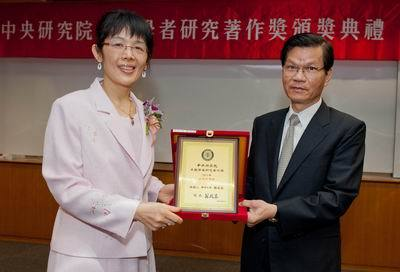 Dr. Yang received the 2013 Academia Sinica Research Award for Junior Research Investigators